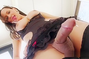 Shemale Babe Ana Clara Makes Herself Cum